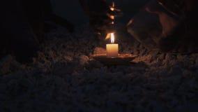 Makend een brand op strand met kaars en dun stokken op de zomeravond stock footage