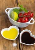 Makend een tomatensalade die helemaal opnieuw vers product gebruiken Royalty-vrije Stock Fotografie