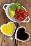 Makend een tomatensalade die helemaal opnieuw vers product gebruiken Royalty-vrije Stock Foto's