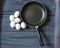 Makend eieren in de pan, bakkend eieren in de pan, beelden van pannen en eieren, beelden van eieren en pannen in verschillende co Stock Afbeelding