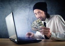 Makend geld online, zakenman met laptop computer Stock Foto's