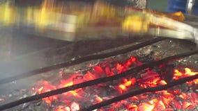 Makend geroosterde kip Ayam Bakar door steenkolen van brand van houtskool te gebruiken stock videobeelden