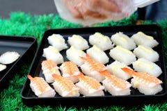 Makend Japanse sushi traditioneel - Japans voedsel Royalty-vrije Stock Foto
