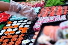 Makend Japanse sushi traditioneel - Japans voedsel Stock Foto