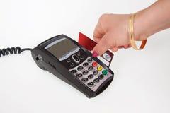 Makend tot een aankoop plastic kaart in betalingsmachine Royalty-vrije Stock Fotografie