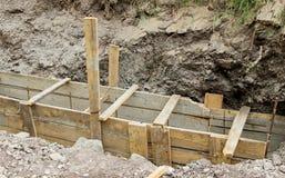 Makend tot een hoog versterkt cement concrete rand De houten vormen en bars van de staalversterking royalty-vrije stock foto