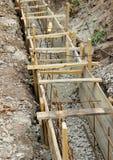 Makend tot een hoog versterkt cement concrete rand De houten vormen en bars van de staalversterking stock foto