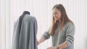 Makende ledenpop en een naaister De ontwerper van de manier op het werk stock footage