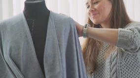 Makende ledenpop en een naaister vrouwelijke ontwerper in studio stock videobeelden
