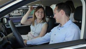 Maker talar i det nya medlet, glädje av köpandebilen, stående lager videofilmer