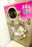Makermachine voor productieroomijs Industriële voorbereiding van romig roomijs stock foto