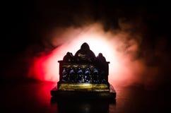 Maket Meczetowa sylwetka na zmroku tonował mgłowego tło Sylwetka kopuła Selekcyjna ostrość Obrazy Royalty Free
