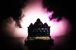 Maket Meczetowa sylwetka na zmroku tonował mgłowego tło Sylwetka kopuła Selekcyjna ostrość Fotografia Royalty Free