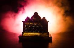 Maket Meczetowa sylwetka na zmroku tonował mgłowego tło Sylwetka kopuła Selekcyjna ostrość Zdjęcia Royalty Free