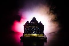 Maket Meczetowa sylwetka na zmroku tonował mgłowego tło Sylwetka kopuła Selekcyjna ostrość Obraz Stock