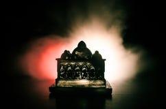 Maket Meczetowa sylwetka na zmroku tonował mgłowego tło Sylwetka kopuła Selekcyjna ostrość Zdjęcie Royalty Free