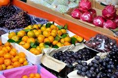 maketing的销售额的多种新鲜水果 免版税库存照片