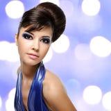 美丽的妇女的面孔有时尚发型和魅力makeu的 免版税库存图片