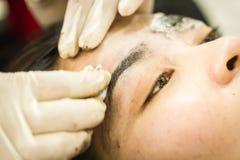 Makeupögonbryn som tatuerar, nätt asiatisk kvinnaframsida Arkivbild
