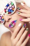 Makeup και μανικιούρ με τα κρύσταλλα Στοκ φωτογραφία με δικαίωμα ελεύθερης χρήσης