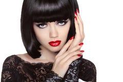 makeup Καρφιά Manicured Πορτρέτο κοριτσιών ομορφιάς χειλικό κόκκινο Πίσω SH Στοκ Φωτογραφία