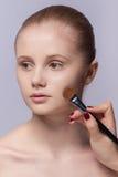 Makeup. Καλλυντικό. Εφαρμογή της σύνθεσης Στοκ Φωτογραφία