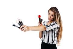 Κορίτσι καλλιτεχνών Makeup σε ένα άσπρο υπόβαθρο με τις βούρτσες στοκ εικόνες με δικαίωμα ελεύθερης χρήσης