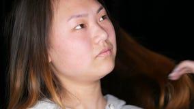 Πορτρέτο ενός όμορφου ασιατικού προτύπου κοριτσιών χωρίς makeup που θέτει στο επαγγελματικό στούντιο φιλμ μικρού μήκους