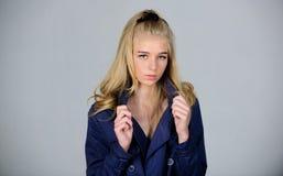 Τάση μόδας παλτών τάφρων Πρέπει να έχετε την έννοια Ξανθή τρίχα προσώπου γυναικών makeup που θέτει το παλτό με το περιλαίμιο Μοντ στοκ φωτογραφία με δικαίωμα ελεύθερης χρήσης