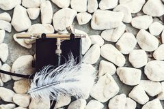 Makeup airbrush Σύγχρονο αερογράφος για το makeup Βούρτσα αέρα στις πέτρες, διάστημα αντιγράφων Επαγγελματικό airbrush Ζωγραφική  στοκ εικόνα με δικαίωμα ελεύθερης χρήσης