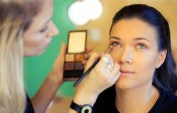 Free Makeup Artist Applying Eyeshadow Royalty Free Stock Images - 83186399