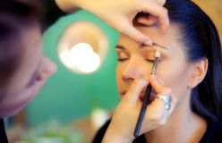 Makeup artist applying eyeshadow Royalty Free Stock Images