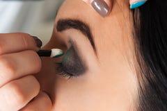 Makeup artist impose eyeshadow Royalty Free Stock Photography