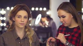 Makeup artysta koryguje kształt brew zdjęcie wideo