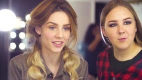 Makeup artysta koryguje kształt brew zbiory wideo