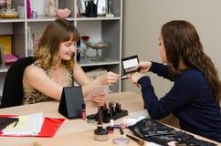 Makeup artysta podnosi up cień dla klienta Fotografia Royalty Free