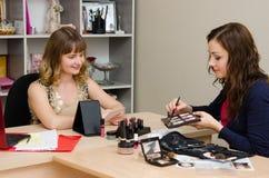 Makeup artysta poleca dlaczego wybierać kolor cienie Fotografia Stock