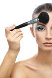 Makeup artysta przygotowywa czoło Zdjęcia Royalty Free