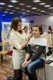 Makeup artysta przynosi makijaż dziewczyny Zdjęcia Stock