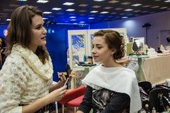 Makeup artysta przynosi makijaż dziewczyny Obrazy Stock