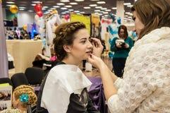 Makeup artysta przynosi makijaż dziewczyny Zdjęcie Royalty Free