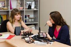 Makeup artysta radzi biurowego pracownika Fotografia Royalty Free