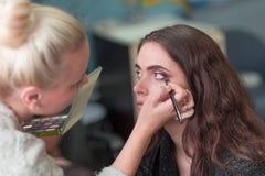 Makeup artysta robi makeup dla młoda kobieta klienta obraz royalty free