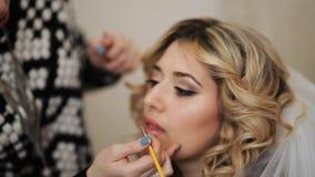 Makeup artysta robi dziewczynie pięknemu makeup przed znacząco wydarzeniem zdjęcie wideo