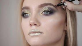 Makeup artysta robi dziewczynie pięknemu makeup przed znacząco wydarzeniem zbiory wideo