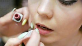 Makeup artysta robi dziewczynie pięknemu makeup przed znacząco wydarzeniem zbiory
