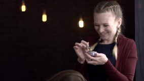 Makeup artysta stawia oko cień na twarz modelu i śmia się zdjęcie wideo