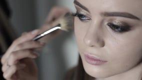 Makeup artysta stosować highlighter Młoda dziewczyna robi fachowemu makeup zdjęcie wideo