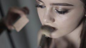 Makeup artysta stosować highlighter Młoda dziewczyna robi fachowemu makeup zbiory
