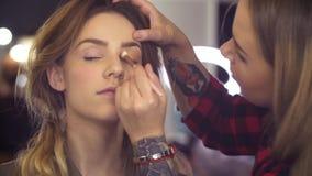 Makeup artysta stosuje eyeshadow zbiory wideo